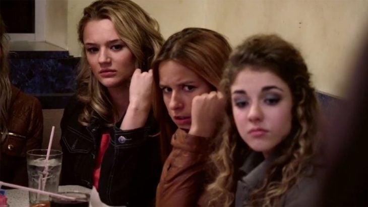Escena de la película A girl like her en la que se muestra a un grupo de chicas sentadas y observando a otras