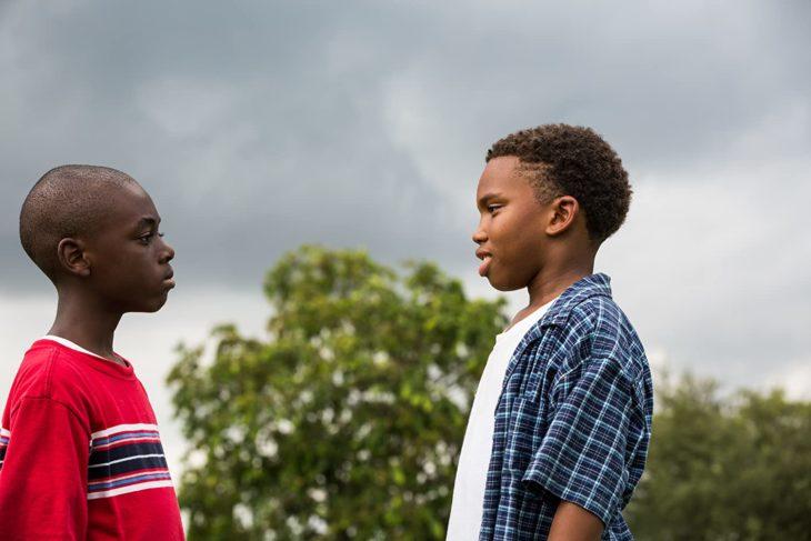 Escena de la película Moonlight en la que se muestra a dos chicos conversando frente a frente