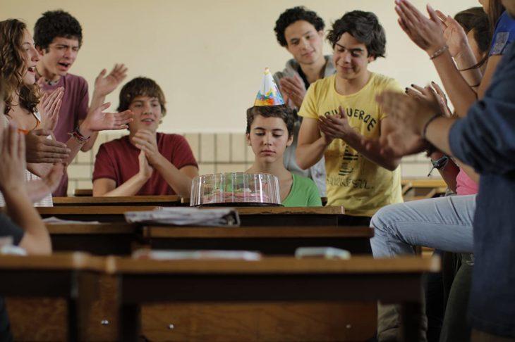 Escena de la película Después de Lucía en la que se muestra a una chica en la escuela festejando su cumpleaños junto a sus compañeros