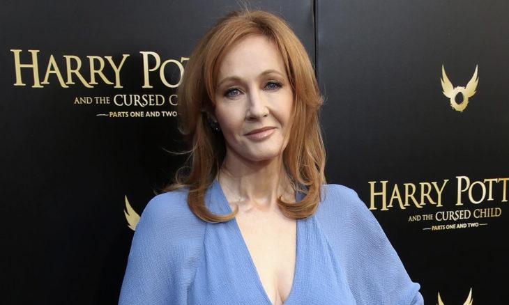 J.K Rowling posando para una foto durante la presentación de una de las películas