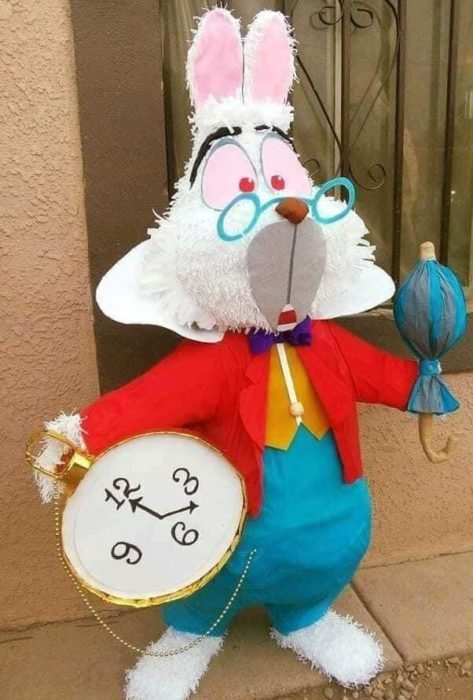 Piñata conejo de alicia en el país de las maravillas