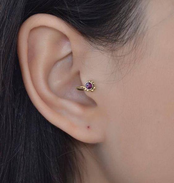 Tragus piercing de flor morada