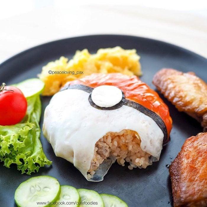 Platillo de comida inspirado en una pokébola