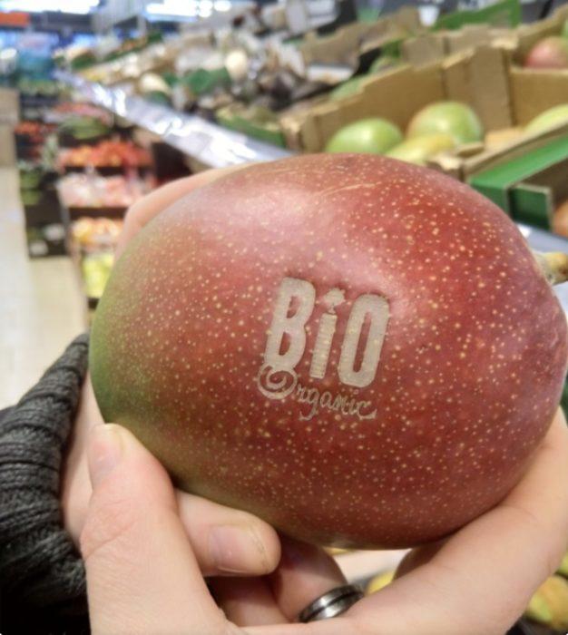 Mango con logo marcando para evitar usar etiquetas