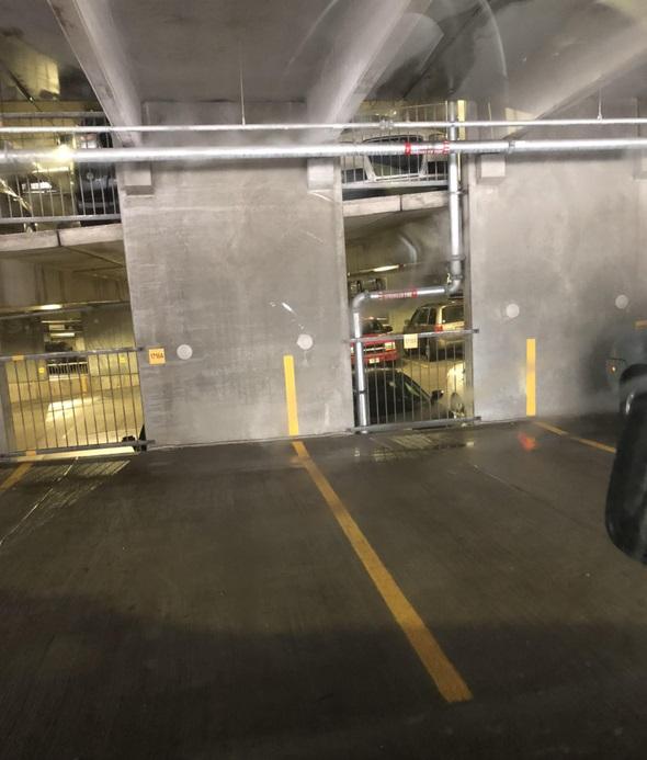 Estacionamiento con linea amarilla en la pared