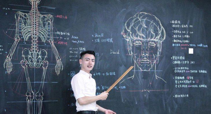 Chuan-Bin Chung, ilustrador y profesor de anatomía, dibujando un rostro humano en la pizarra