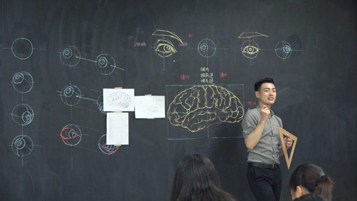 Chuan-Bin Chung, ilustrador y profesor de anatomía, dibujando un cerebro humano en una pizarra