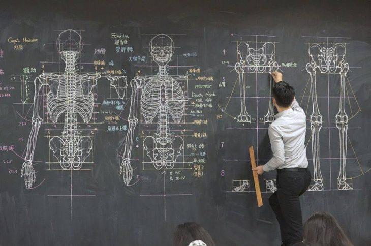 Chuan-Bin Chung, ilustrador y profesor de anatomía, dibujando un esqueleto humano