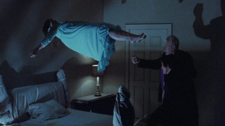 Escena 'El exorcista' flotando en la cama