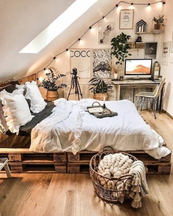 Organización de habitación pequeña con estilo de color madera, grises y blancos