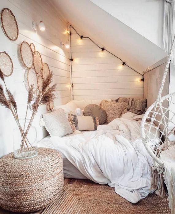 Organización de habitación pequeña con estilo de colores blanco y luces en el techo