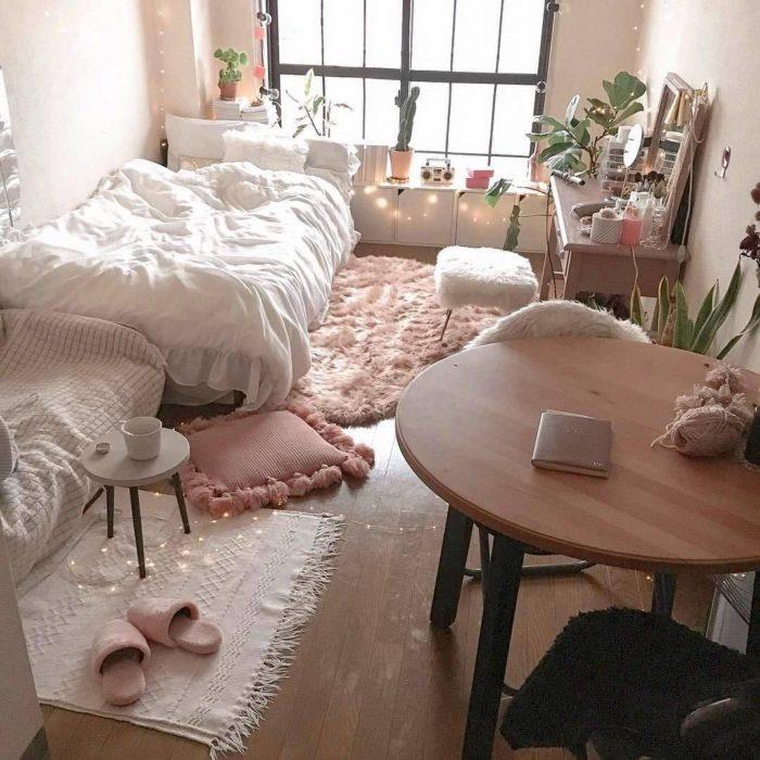 Organización de habitación pequeña con estilo de colores blanco y rosas con algunos adornos