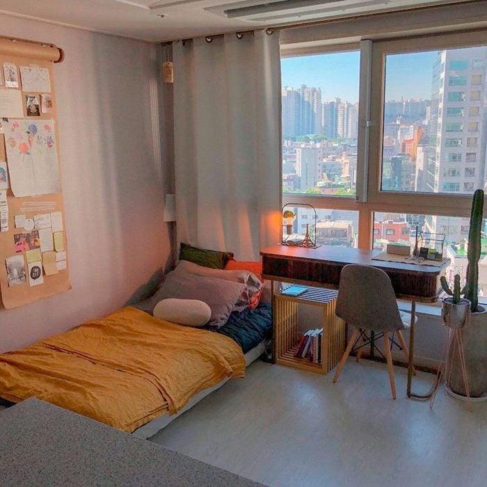 Organización de habitación pequeña con estilo de blanco y tonos amarillos y de madera