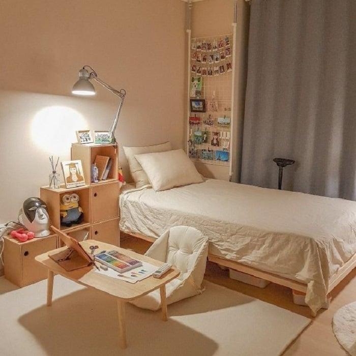 Organización de habitación pequeña con estilo de color blanco y tonos madera