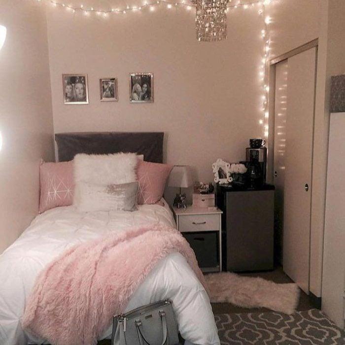 Organización de habitación pequeña con estilo de colores blanco rosa y tonos grises