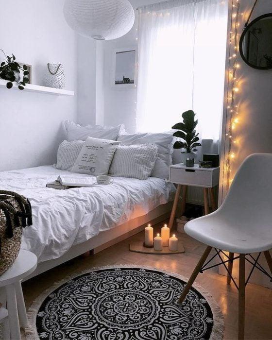 Organización de habitación pequeña con estilo de colores blanco con negro y mucha iluminación