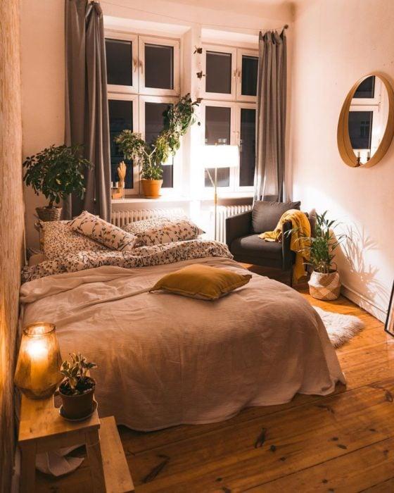 Organización de habitación pequeña con estilo de colores blancos y piso de madera con un sofá
