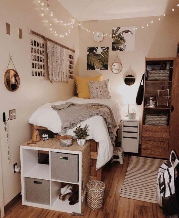 Organización de habitación pequeña con estilo de colores beige, madera y blancos