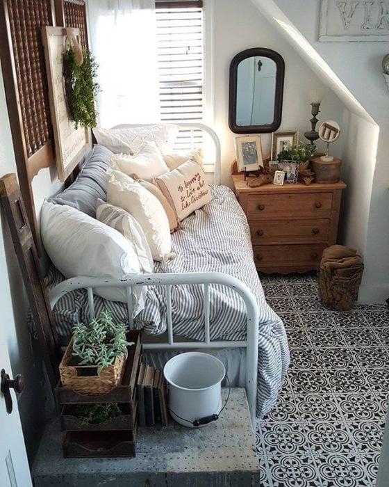 Organización de habitación pequeña con estilo de colores azul y madera