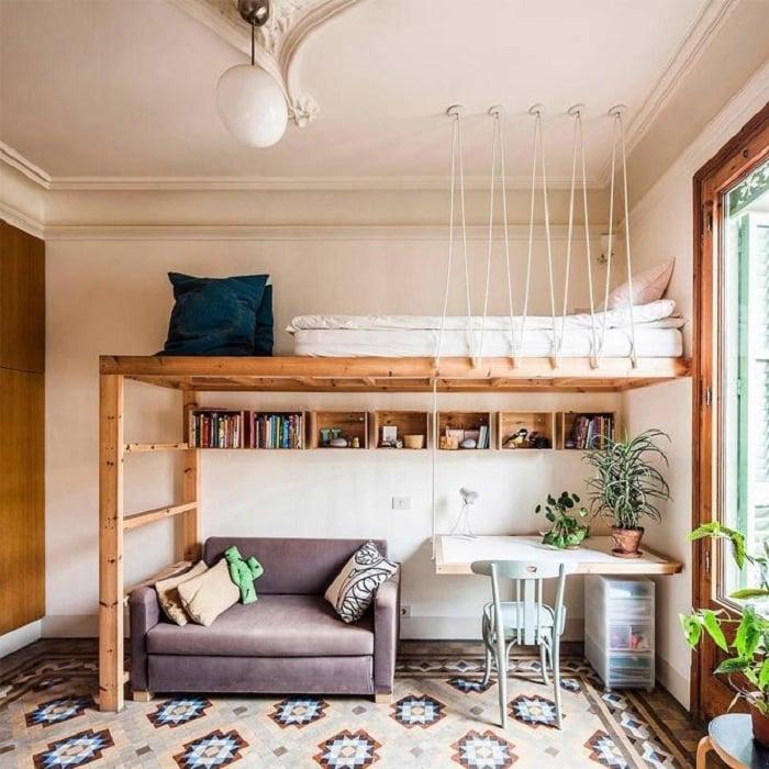 Organización de habitación pequeña con estilo de colores neige y sillón lila y litera