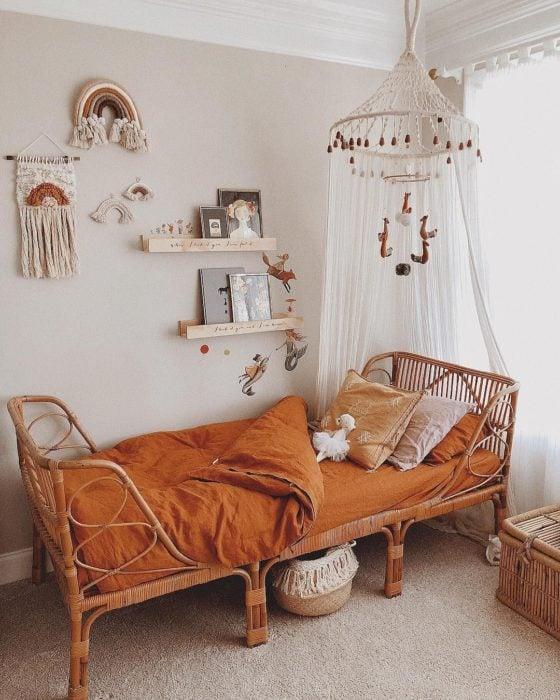 Organización de habitación pequeña con estilo de colores blanco con detalles madera y tono teja