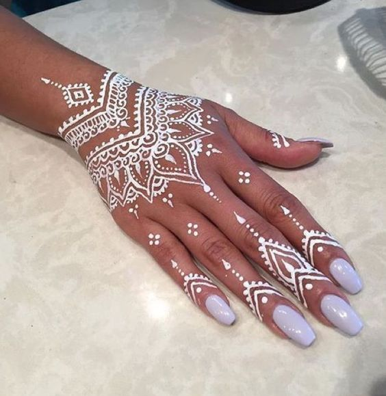 White henna tattoo on right hand with lilac nails