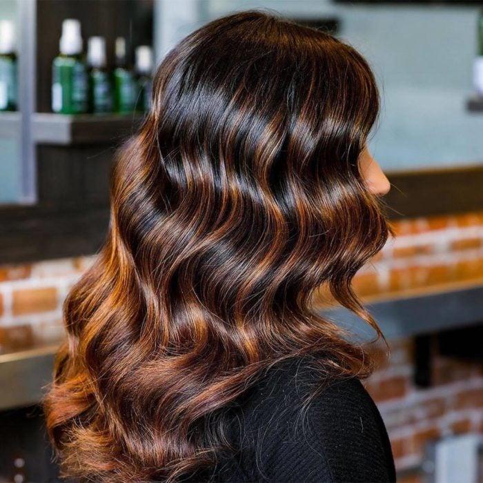 Tendencia de cabello negro con cobrizo y magic light