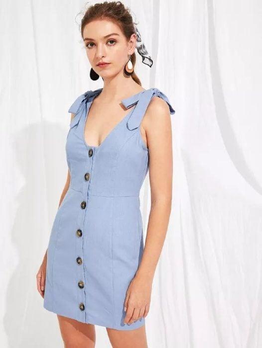 Vestido corto de color azul cielo y tirantes grusos con botones