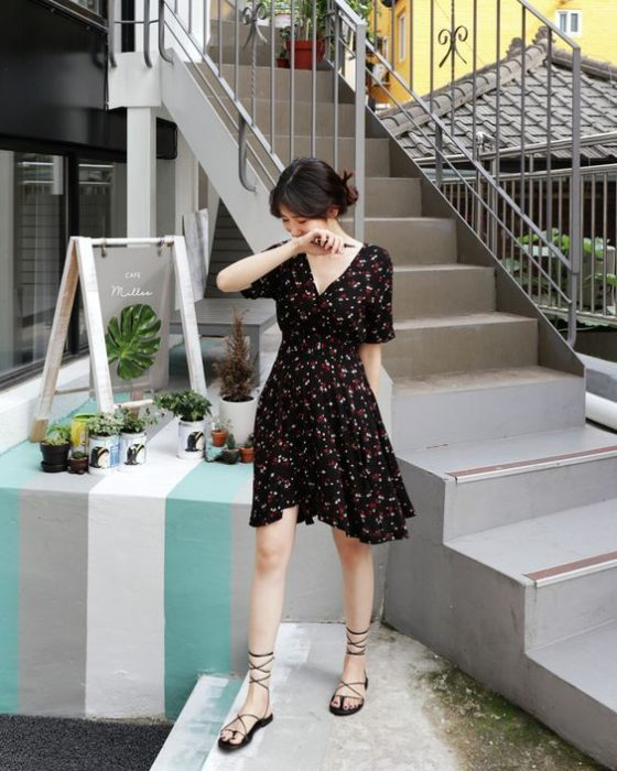 Vestido corto de color negro en escote V y manga negra