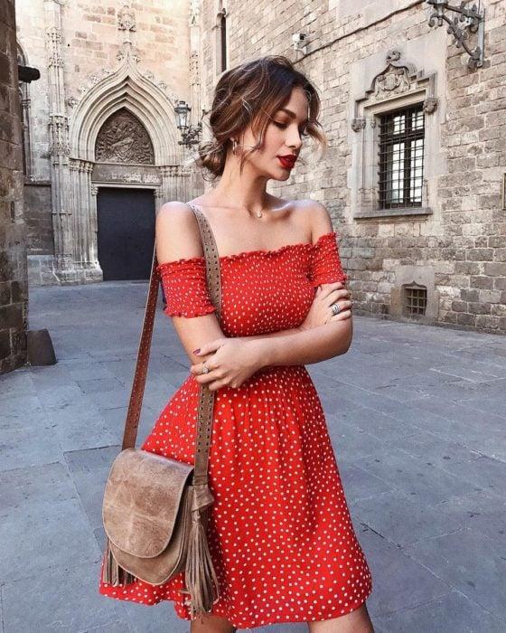 Vestido corto de color rojo con lunares blancos y off the shoulder
