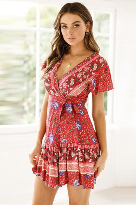 Vestido corto de color guinda con estampado trival y escote V