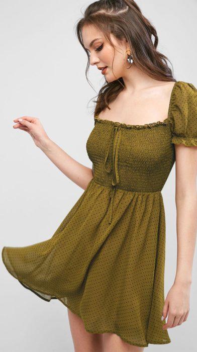 Vestido corto de color verde olivo y manga corta