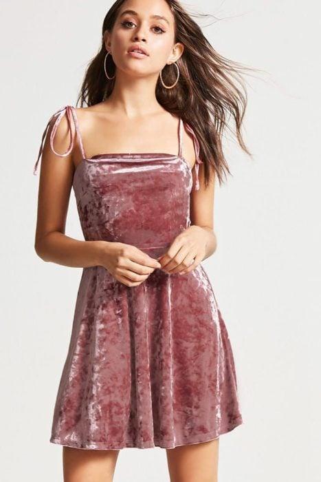 Vestido corto de color rosa de terciopelo