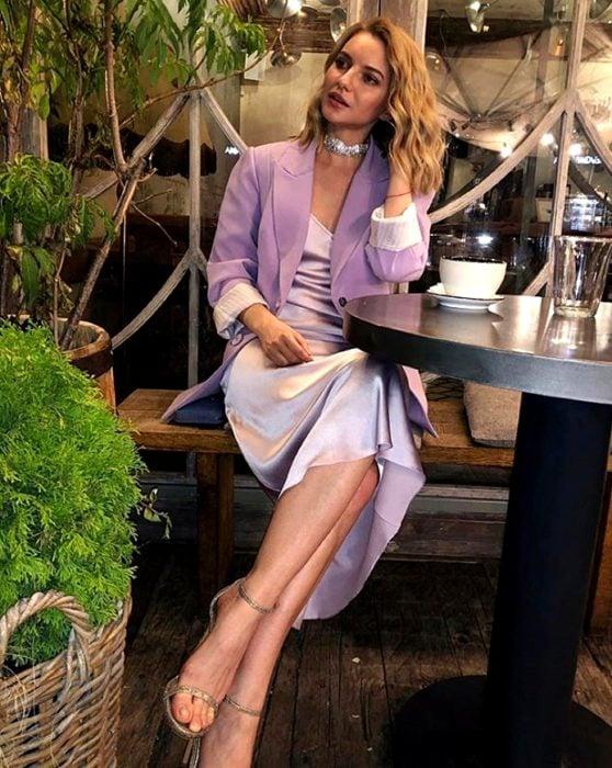 chica rubia usando un vestido lila de satén slip dress con un blazer oversized con sandalias