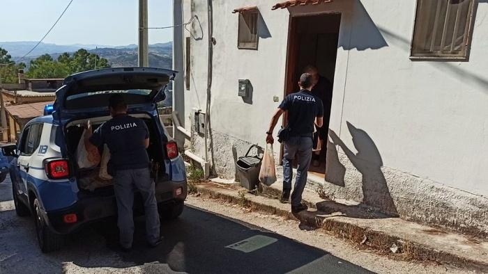 policía en italia ayuda a hombre mayor regalándole comida