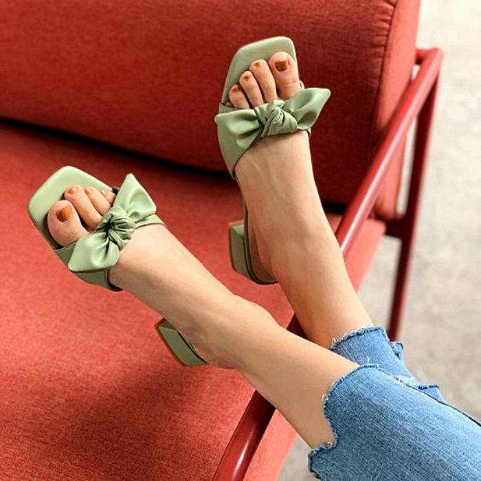 sandalias con moño color verde pistache con punta cuadrada