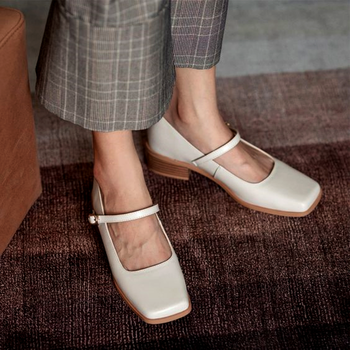 zapatos blancos de piso con punta cuadrada