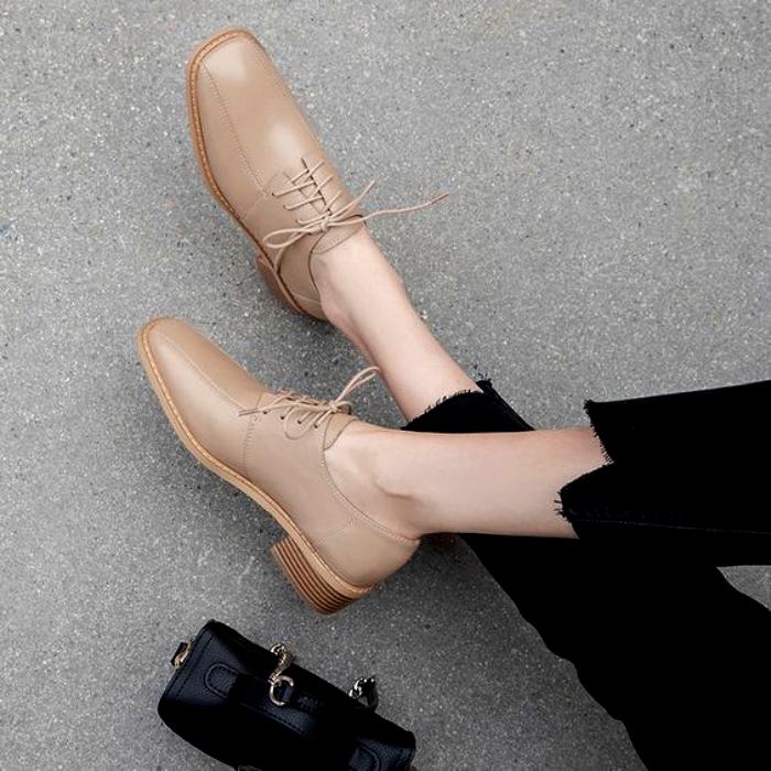 zapatos de metedera nude con punta cuadrada y lazo