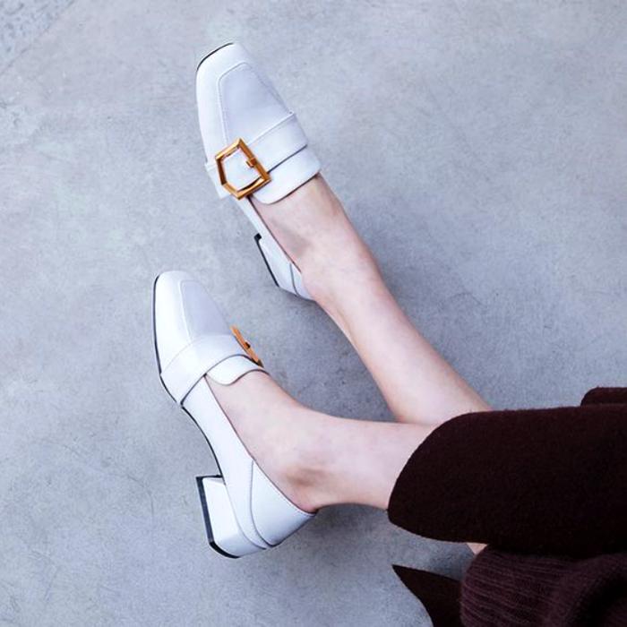 zapatos tipo loafers cerrados con hebilla dorada color blanco de punta cuadrada