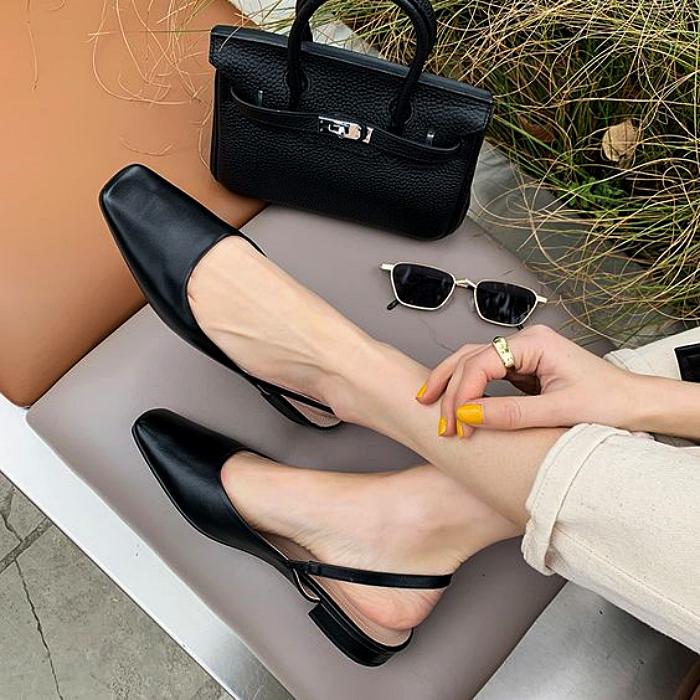zapatos negros de metedera con punta cuadrada