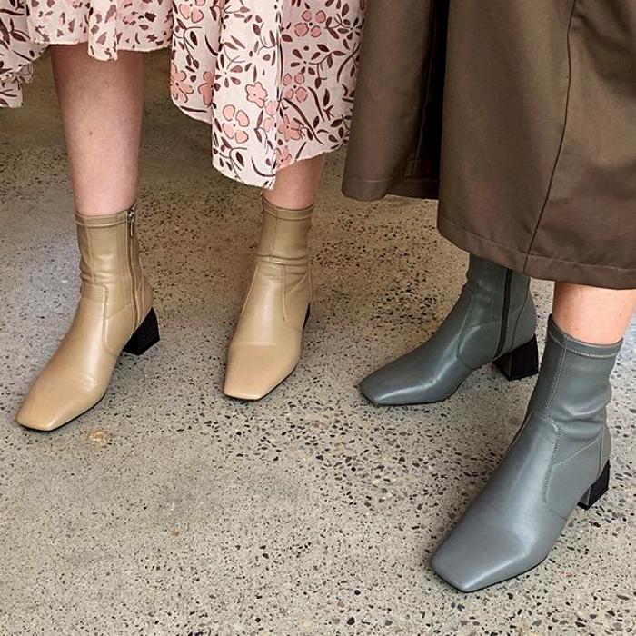 dos chicas con botas botines de piel color gris y nude con punta cuadrada