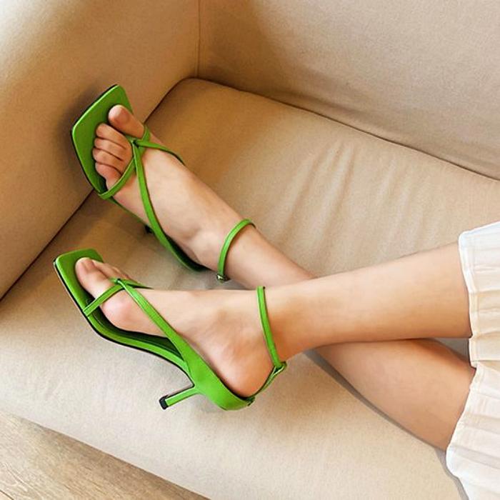 sandalias color verde limón con punta cuadrada y tacón pequeño