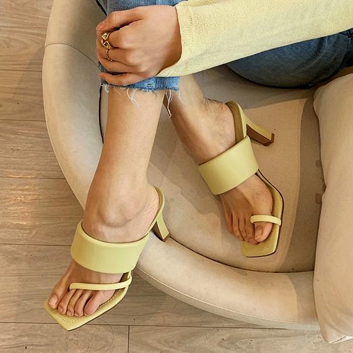 sandalias amarillas de metedera con tacón pequeño