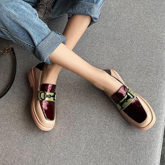 zapatos loafers de color nude con vistas en color vino con hebilla y punta cuadrada