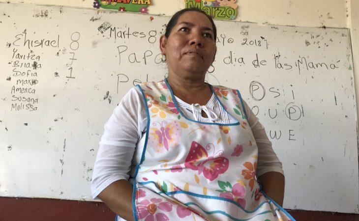 Profesora Juana Acosta Cortés mirándo al frente