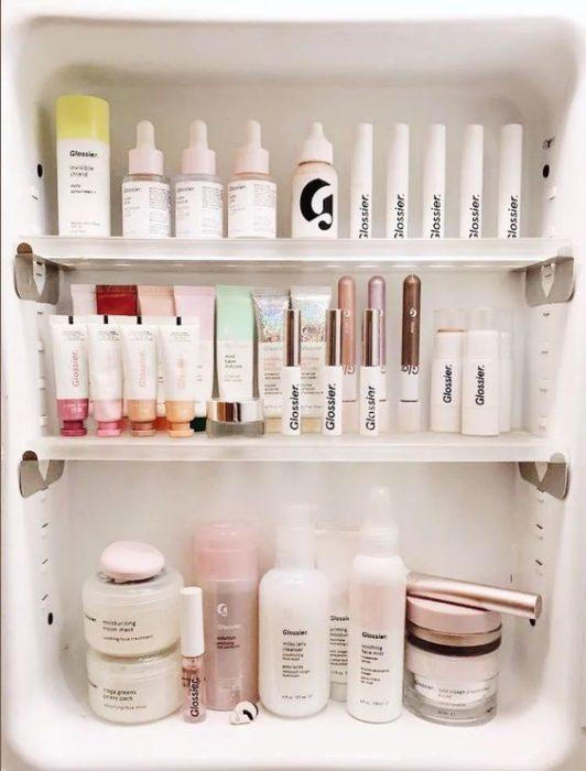 Tocador con productos de skin care