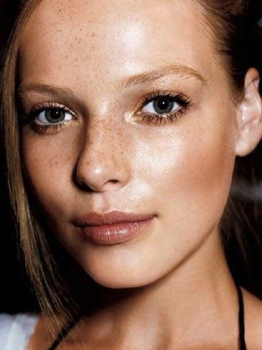 Chica con maquillaje natural e iluminación en el lagrimal