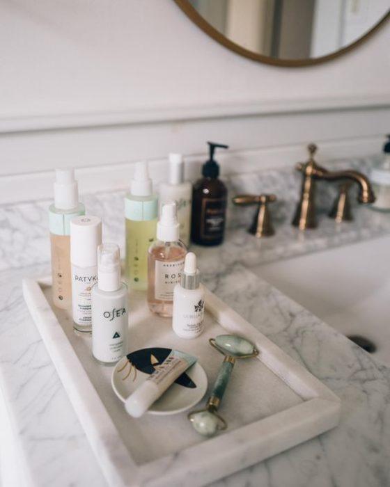 Productos de clean beauty en el baño