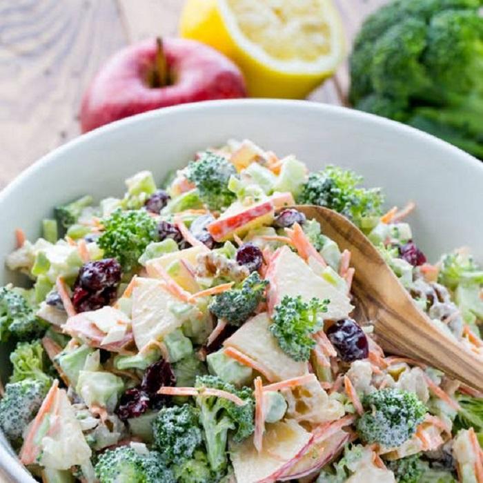 Ensalada de brócoli, zanahoria y pasas