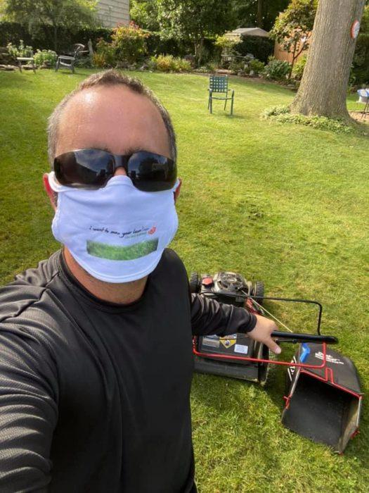 Brian Schwartz, tomándose una selfie antes de comenzar a cortar el césped